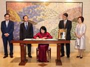 邓氏玉盛前往日本驻越大使馆向日本新天皇德仁即位表示祝贺
