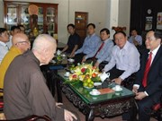 越南祖国阵线中央委员会主席在广治省开展佛诞节走访慰问活动