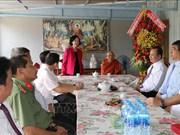 越共中央民运部部长张氏梅前往芹苴市开展佛诞节走访慰问活动