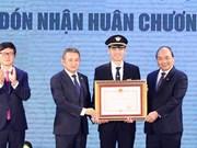 越南政府总理阮春福出席越南航空总公司919飞行团成立60周年纪念活动