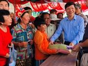 越南跨部门工作代表团走访慰问旅居柬埔寨磅清扬省越裔柬埔寨人