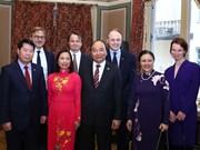 越南政府总理阮春福会见瑞典外交家和专家
