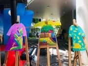 岘港市残疾儿童将自己梦想画在奥黛上