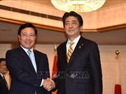 越南政府副总理兼外长范平明在东京会见日本高级领导和老挝总理通伦