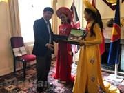 海外越南人国家委员会代表团访问英国
