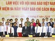 政府总理阮春福:与虚假新闻作斗争是新闻业的使命