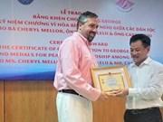美国乔治学校集体和个人荣获越南友好组织联合会高贵奖状