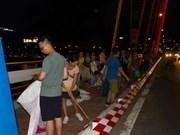 观看烟花比赛不忘清理垃圾  岘港市美丽形象日益提升