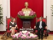 越共中央经济部部长阮文平会见越南企业论坛联合主席弗吉尼亚·福特