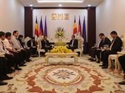 柬埔寨农林渔业部领导会见越南橡胶工业集团董事长陈玉顺