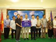 越南BIDV银行代表团看望慰问旅柬越南革命时期有功人员