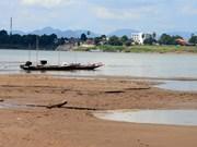 泰国东北部那空帕农府湄公河流域水位降至近百年来最低水平