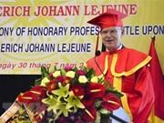 """越南向德国""""心连心""""组织主席授予荣誉教授称号"""