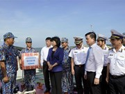 越南国家副主席邓氏玉盛走访慰问越南人民海军第二海区干部和战士