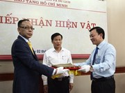 胡志明博物馆接收胡志明主席送给王志生的纪念物