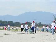 岘港市:800余名志愿者参与海洋垃圾清理活动
