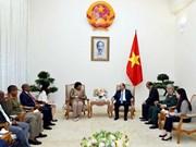 阮春福总理会见南非国防部部长诺西维薇·马皮萨·恩卡库拉