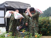 组图:越南部队战士忘我照顾隔离者