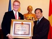 范家谦副总理授予联合国协调员友谊勋章