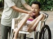 国家副主席阮氏缘探访宁平省橙毒剂受害者和贫困好学生