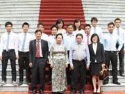 越南国家副主席阮氏缘会见参加壳牌汽车环保马拉松赛大学生代表团