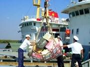 越南海军某军区司令部将春节礼物送至长沙岛县