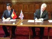 越南与英国签署公私合作备忘录