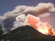 印尼一座火山喷发高达1000米的红色火山岩