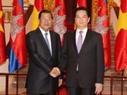 阮晋勇总理同柬埔寨首相洪森举行会谈