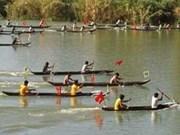 2014年昆嵩省传统独木舟比赛吸引上千名观众助威