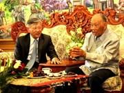 越南领导人向老挝人民革命党中央委员会前主席坎代•西潘敦祝寿