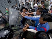泰国警方逮捕约100名抗议者
