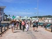 搭载2100名游客的美国豪华邮轮在越南真云港停泊