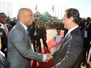 阮晋勇总理与海地总理洛朗·拉莫特举行会谈