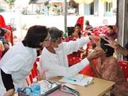 越南医生为柬埔寨贫民免费看病