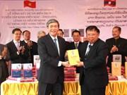 越南向老挝转交胡志明思想的老文版经典丛书
