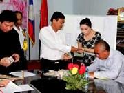 旅居老挝越侨捐款帮助受火灾的越侨小商贩