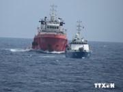 现场报道:中国船只紧跟越南渔检船 距离仅30至50米