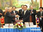 越南民间文艺协会向老挝国会办公厅赠送珍贵书籍