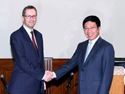 越南政府副总理兼外交部长范平明会见波兰和英国驻越大使