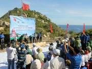 越南平定省绿岛上兴建祖国旗台