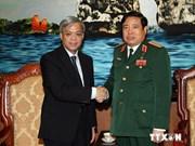 越南国防部长冯光青会见新加坡国防部常务秘书陈英杰