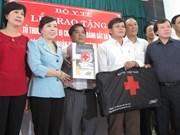 越南卫生部向岘港市渔民赠送药箱