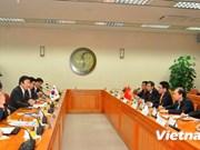 政府副总理兼外长范平明与韩国外交部长官尹炳世进行会谈
