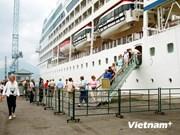 美邮轮搭载1000名游客停泊承天顺化省真云港