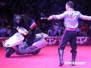 越南与老挝杂技团为旅老越南人社团进行杂技表演