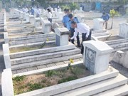 越南胡志明市领导人为英烈们敬香