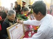 """越南和平省61位母亲被追授""""越南英雄母亲""""荣誉称号"""