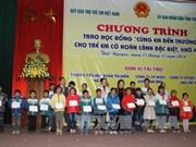 越南国家副主席阮氏缘向太原省特困学生颁发奖学金