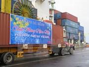 越南多家港口迎来2015年新年首批货物